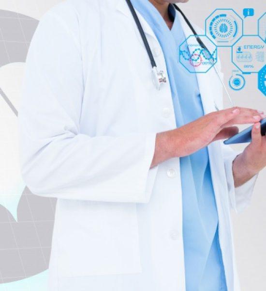 medico-revisando-tablet_1134-206
